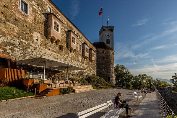 Spaziergang in Ljubliana: Geniessen der warmen Herbstsonne auf der Terrasse vor der Burg von Ljubliana