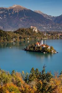 Marienkirche auf der Insel im «Veldeser See» und Burg nahe der Stadt Bled