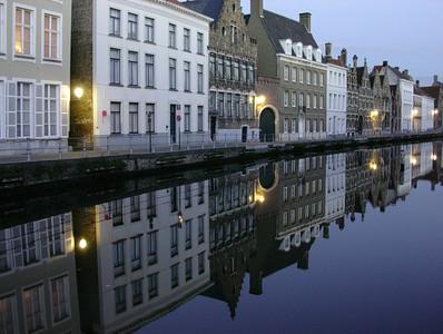 Kanalhus speiler seg i Annarei (Foto: Ståle)