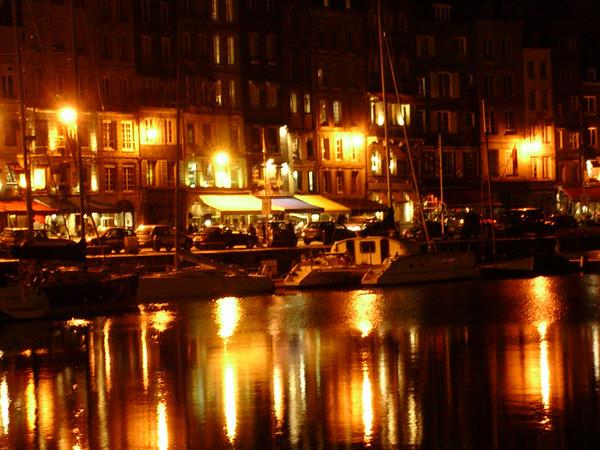 Vieux Bassin i kveldsbelysning (Foto: Ståle)