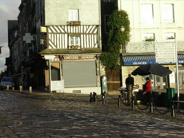 Sjømatsalg om morgenen ved quai de la Quarantaine (Foto: Ståle)