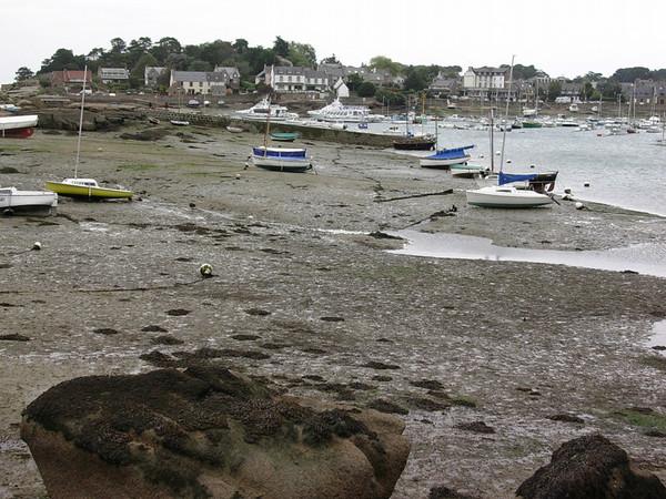 Strandede båter ved lavvan i Trebeurden (Foto: Ståle)