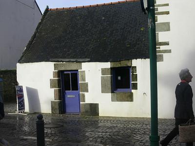 Inneklemt lite hus i sentrum av Le Conquet (Foto: Ståle)