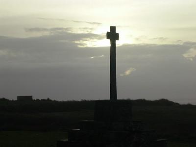 Kors i soloppgang ved Pointe St Mathieu (Foto: Ståle)
