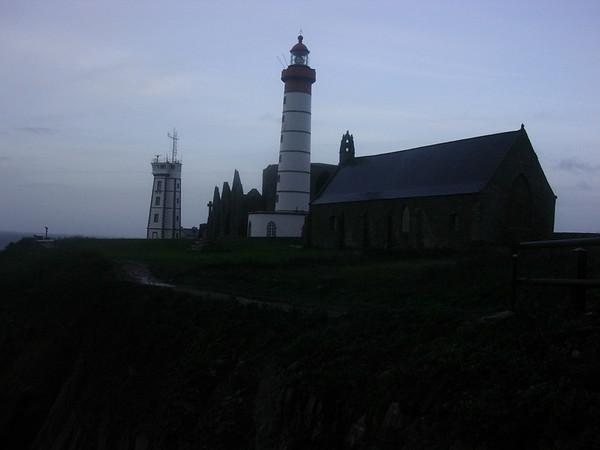 Fyr og kirke ved Pointe St Mathieu i morgengryet (Foto: Ståle)