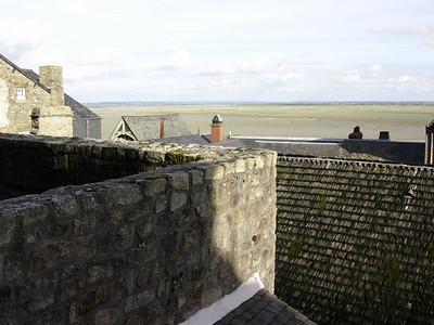 Utsikt over hustakene mot lavvannsslettene ved Pre Sale (Foto: Ståle)