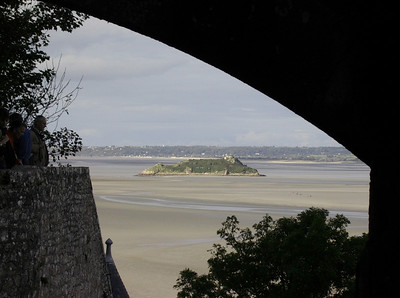 Utsikt over lavvannsslettene fra klosterkirkens inngangsportal (Foto: Ståle)