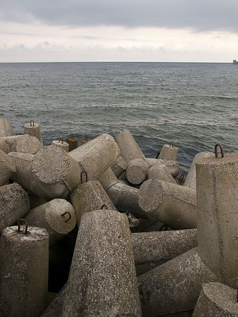 On the tip of Jashamia, Hel is a military base and a tourist spot. Guess is these pillars are to stop the sand from drifting into the sea? (Foto: Geir)