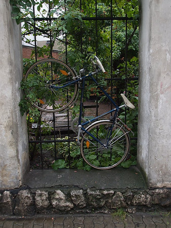 Well, you use the space you can find. Along the Jewish Trail in Kazimierz. (Foto: Geir)