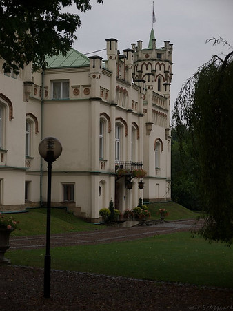 The main building of the castle seen from the large parking lot. (Foto: Geir)