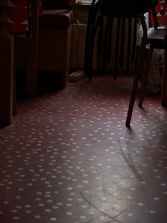 Staying at the Oki Doki hostel, you are a witness to the creative visions of young people. Like covering the floor with linoleum and old coins. (Foto: Geir)