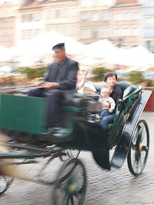 A pleasant way to see the old town. Mother and child in a horse cart speeding past. (Foto: Geir)