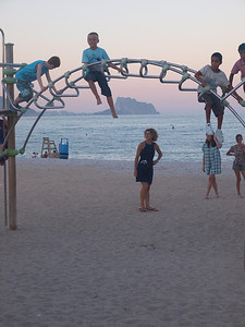 Children playing at Playa Albir or whatever they call it. The Calpe cliff in the background. (Foto: Geir)