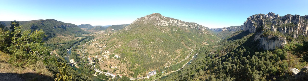 21/09/2017<br /> Rest day today and it was predicted to be 24'C, which mean hot! We decided to go for a walk starting at the base of the Tarn and Jonte gorges in a town called La Rozier. We hiked and climbed ladders to get to the lookout on top of Capluc. This was the view!!