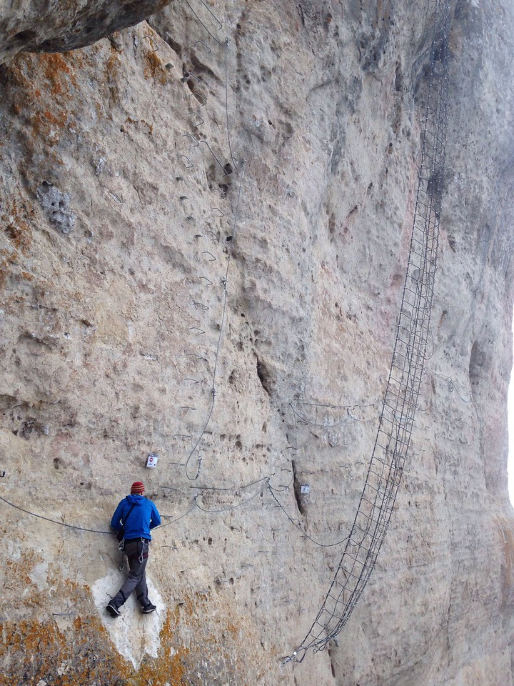 Approaching a huge hanging mesh. You could choose to climb it or by pass it.