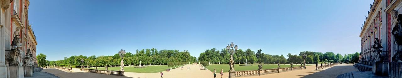 Potsdam - les jardins de Sanssouci vus de l'arrière du Neues Palais