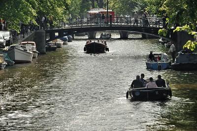 Oudezijds Voorburgwal - L'ambiance sur les canaux le samedi en fin d'après-midi