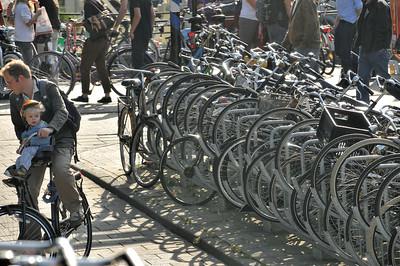 Parking à vélos devant Centraal Station