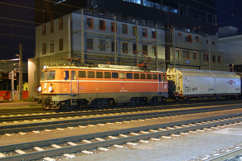 1042 033 at Linz Hauptbahnhof during the night of the 22nd June 2010.