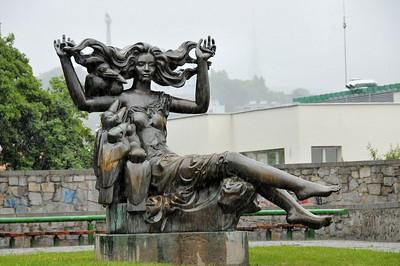 Dans la montée du château - Statue 'La Sorcière'