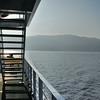 Ambiance de ferry - A l'arrière-plan, la côte de Brestova