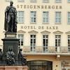 Statue de Friedrich August II et hôtel de Saxe
