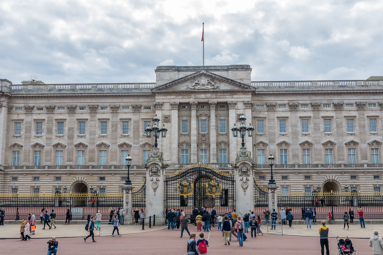 Touring the city with a friend and we passed by Buckingham Palace . In London, England.