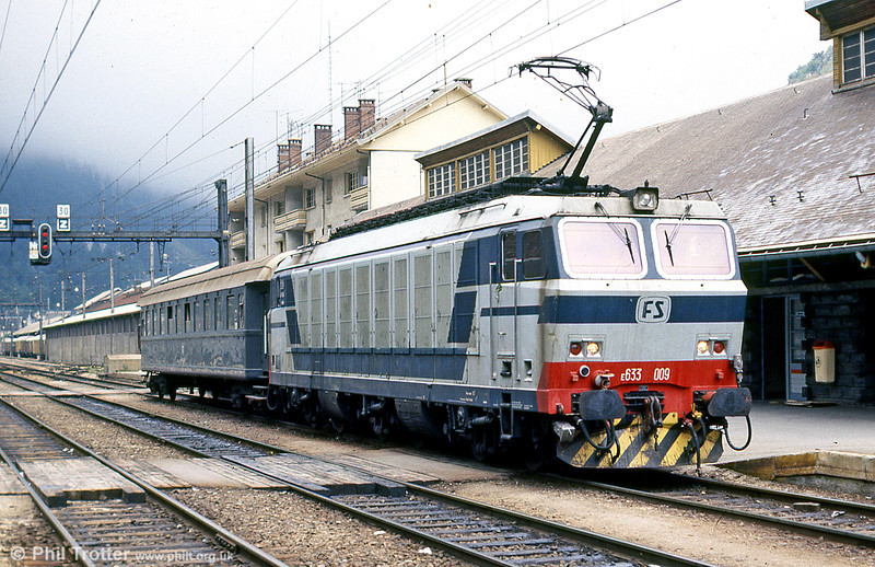 FS 633 009 runs through the station at Modane with a vintage FS staff mess coach in August 1988.