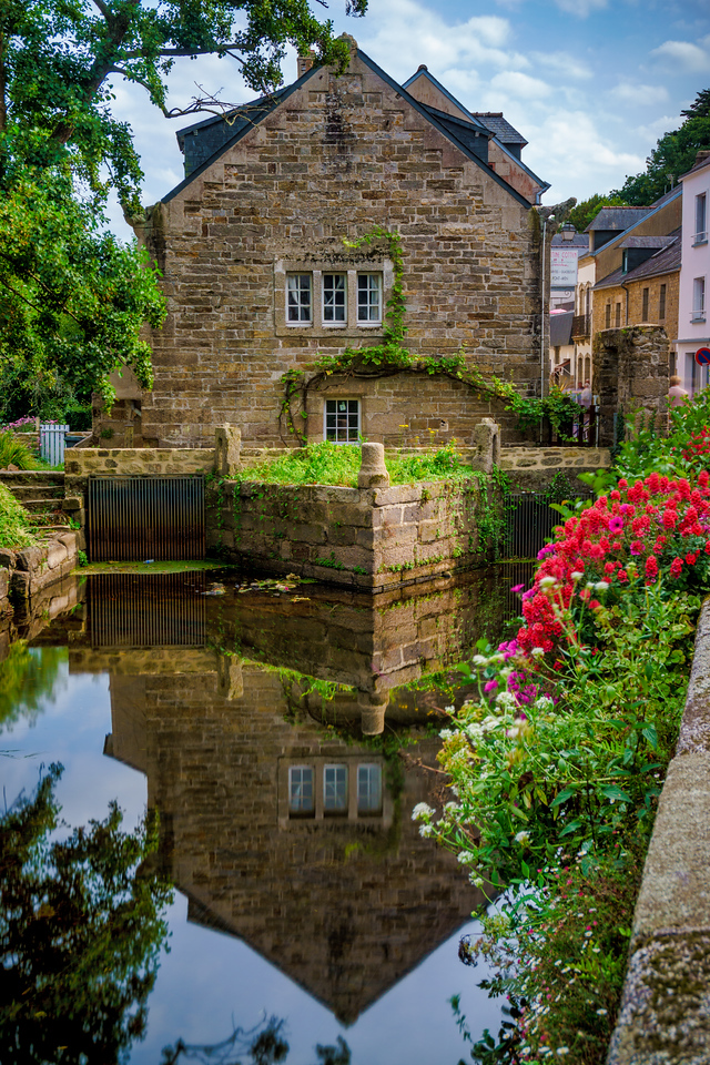 Picturesque Pont-Aven around Aven River. Mesmerizing reflection there!
