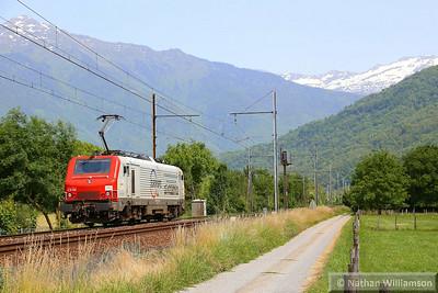 37505 passes Les Treppes light engine (Southern France)  08/06/14