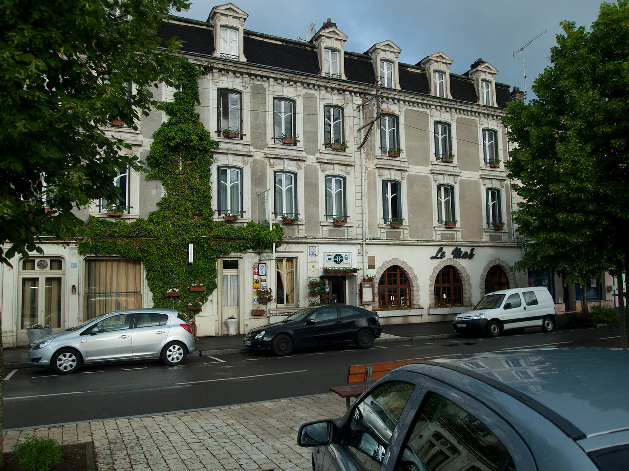 The outside of the Longuyon Hotel.