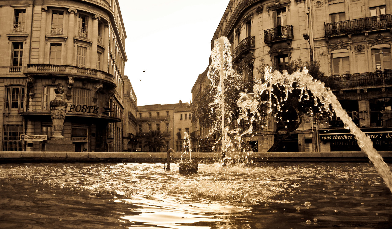 Prise de vue depuis le Fontaine de la belle place des Martyrs. La lumiËre rasante du matin embellit les jets d'eau.
