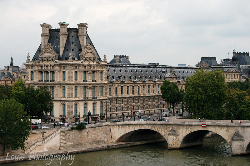 "<a target=""NEWWIN"" href=""http://en.wikipedia.org/wiki/Palais_du_Louvre"">Palais du Louvre</a> and Pont Royal as seen from the <a target=""NEWWIN"" href=""http://en.wikipedia.org/wiki/Mus%C3%A9e_d%27Orsay"">Musée d'Orsay</a>, Paris, France"