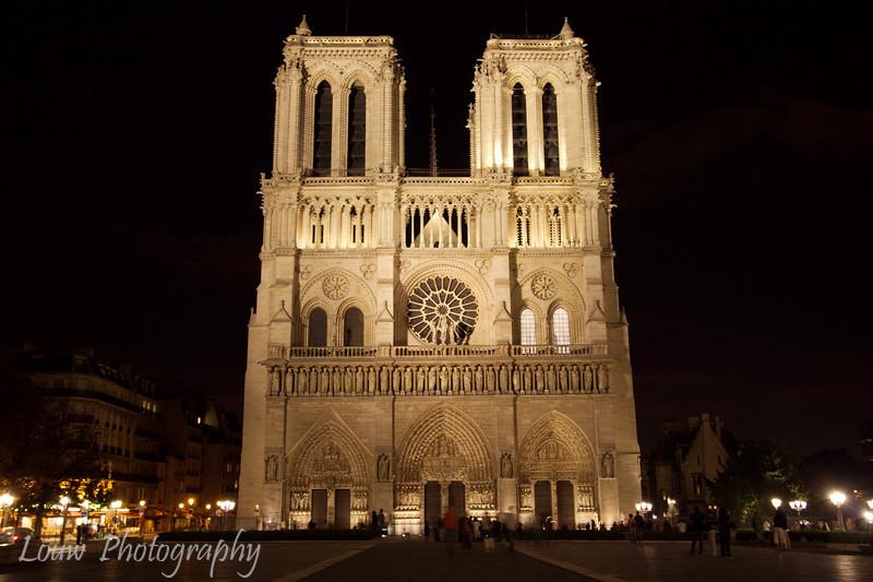 """<a target=""""NEWWIN"""" href=""""http://en.wikipedia.org/wiki/Notre_Dame_de_Paris"""">Notre Dame de Paris</a> at night, Paris, France"""