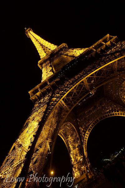 "<a target=""NEWWIN"" href=""http://en.wikipedia.org/wiki/Eiffel_tower"">Tour Eiffel</a> at night, Paris, France"