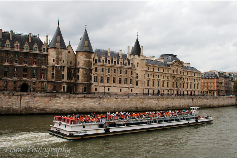 "<a target=""NEWWIN"" href=""http://en.wikipedia.org/wiki/Bateaux_mouches"">Bateaux Mouches</a> passing by <a target=""NEWWIN"" href=""http://en.wikipedia.org/wiki/Conciergerie"">La Conciergerie</a> on the <a target=""NEWWIN"" href=""http://en.wikipedia.org/wiki/Seine"">Seine</a>, Paris, France"