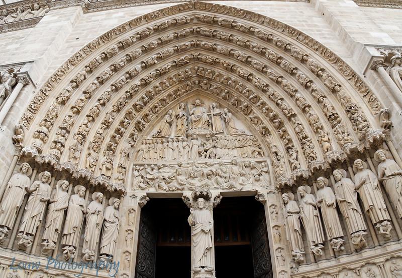 """Door leading into the <a target=""""NEWWIN"""" href=""""http://en.wikipedia.org/wiki/Notre_Dame_de_Paris"""">Notre Dame de Paris</a>, Paris, France"""