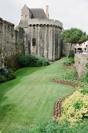 Clisson - Garden outside Castle wall