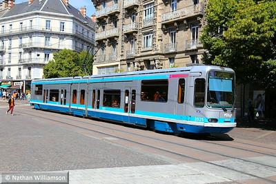 2025 passing Maison du Tourisme in Grenoble  07/06/14