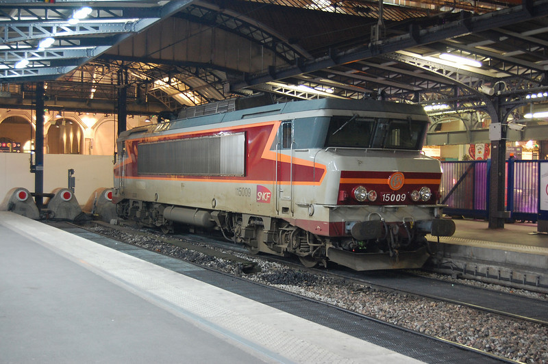 Still in its original Arzens TEE livery, SNCF BB15009 between duties at Paris Gare de l'Est on a cold 1st January 2009.