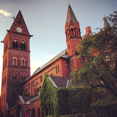 Stumbled upon Kapernaumkirche in the Wedding district of Berlin. Am a big fan of red brick, especially when it's slowly being engulfed by ivy.