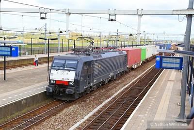 189-280 passes Lage Zwaluwe on an intermodal  01/05/15