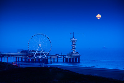 Moonset at Scheveningen Pier