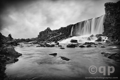 þINGVELLIR WATERFALL BLACK AND WHITE