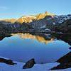 Col du Grand Saint-Bernard, les pieds en Suisse, le regard vers l'Italie, avec le Pain de Sucre
