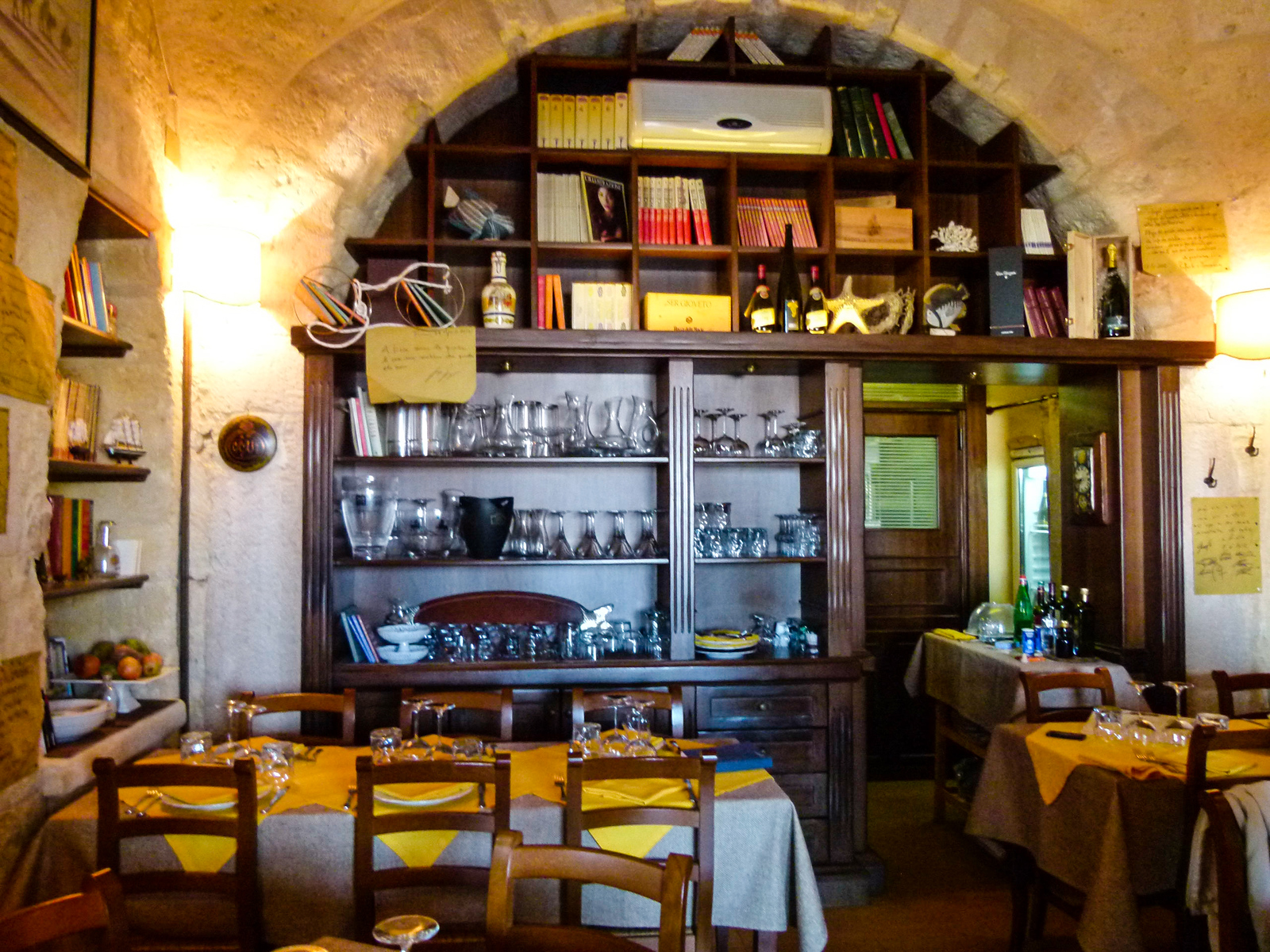 Ristorant Pesevenghi offers outstanding food in an intimate setting. Be sure to dine here when you visit Trani, Italy. #boomertravel #Italy #food