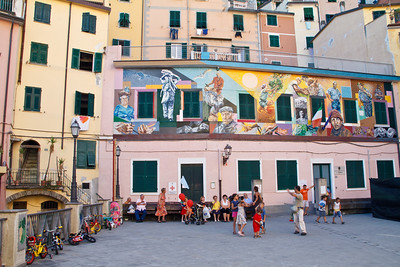 What a touching and colorful life scene the end of the day at the school/kindergarten of Riomaggiore.
