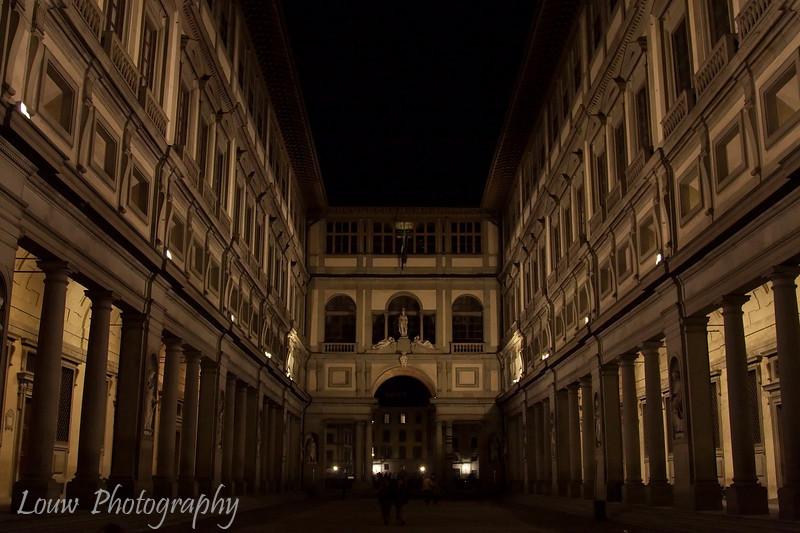 """Piazzale degli <a target=""""NEWWIN"""" href=""""http://en.wikipedia.org/wiki/Uffizi"""">Uffizi</a> at night, Firenze"""