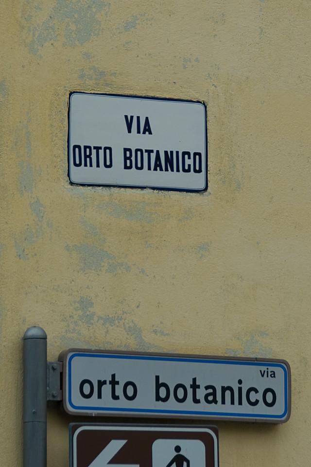 Sign towards the Orto Botanica Garden in Padua, Italy