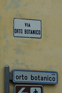 Sign towards the Orto Botanica Garden in Padua, Italy